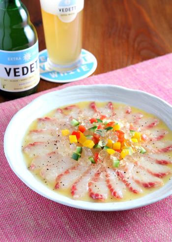 フルーティなホワイトビールのジュレを真鯛の刺身に散らしたおしゃれなカルパッチョ。淡白な鯛の刺身によく合うオレンジドレッシングをかけて。ワインのおともなどにも合いそうですね。