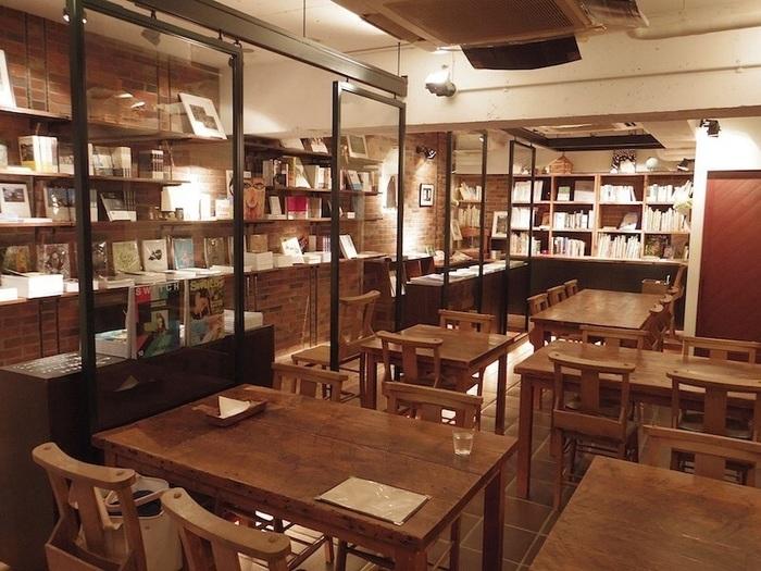 東京メトロ表参道駅から徒歩15分ほどの場所にある「Rainy Day Bookstore & Cafe」。その店名のとおり、雨の日にのんびりと家で読書をしているときのような、ゆったりとした時間を過ごせるブックカフェです。出版社「スイッチ・パブリッシング」が直営しており、同社の雑誌や書籍を多く揃えています。