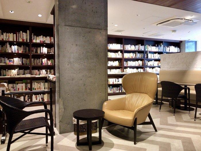 東京メトロ東西線・神楽坂駅の1番出口(神楽坂口)正面に位置する書店「神楽坂モノガタリ」。清潔感のある店内に並んだ本は、席に持ってきて読むことができます。作家さんのトークショーや本の出版記念イベントなどを開催していることがあり、いつ行っても新鮮な発見のあるお店です。