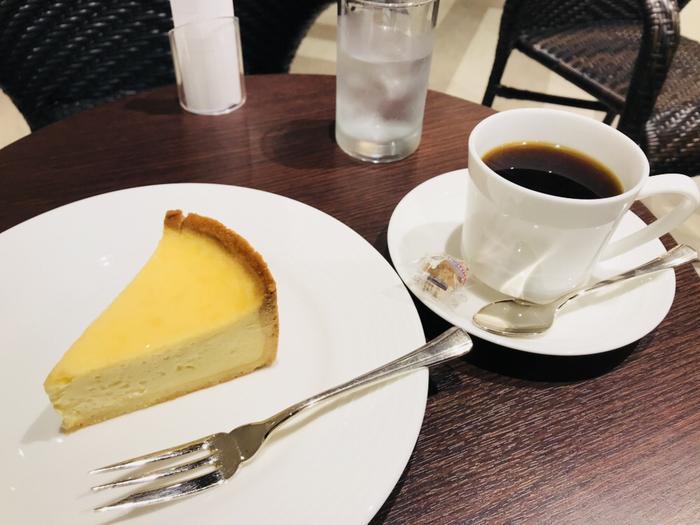 香り高い最高品質の豆を使用し、丁寧に淹れたコーヒーが人気です。美味しいコーヒーの味と香りで、読書がますますはかどるはず。軽食やデザートメニューも充実しています。