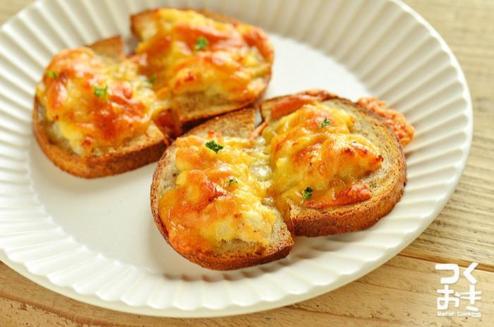 むきエビとアンチョビのペーストをバゲットに塗り、チーズをのせてトースト。いくつものうまみが重なり合った絶品おつまみは、ワインが進みそう。ペーストは冷凍保存OKで、使うときは冷蔵庫で自然解凍します。