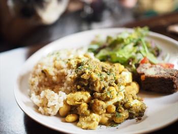 こちらは、辛さ控えめの「ビーンズカレー」。ごろっとしたお豆の食感が楽しいカレーです。17時半までランチ営業しているので、遅めのランチにもおすすめです。