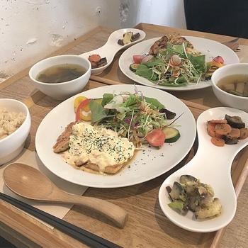 ランチでは、一汁三菜を基調としたお魚・お肉など3種類のメニューが楽しめます。ある日のランチは、タルタルソースをかけたお肉と玄米ごはん、サラダや副菜など。
