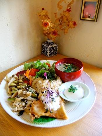 「ベジ&グレインデリ・プレート」は、数種類のお惣菜とスープ、玄米がワンプレートに盛り付けられたランチの定番メニュー。彩り鮮やかなプレートは、まさにインスタ映え!お惣菜は日替わりで、この日は自家製のお豆腐やエリンギソテー、お豆のサラダなど。