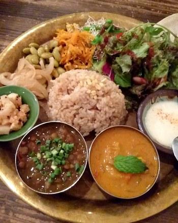 こちらもランチメニューの「ヴィーガン ミールス」。南インドのカレー定食で、2種類のカレーと日替わりのお総菜やサラダがお盆のようなプレートに盛り付けてあります。お肉、お魚、卵、乳製品を一切使わないカレーは、新鮮なお野菜と穀物などの植物性食材のみを使用。たくさん食べてキレイを目指したいですね。