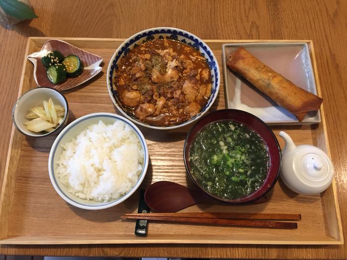 白いごはんが進みそうな、麻婆豆腐や春巻きなどの中華風定食の日もあるんですよ。メニューが毎日替わるので、おうちごはんのように楽しめます。ごはんとお味噌汁、おかずというスタンダードな定食ランチを食べたくなったら、ぜひ足を運んでみませんか?