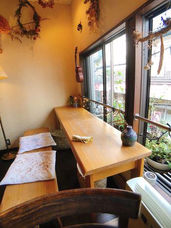 高円寺駅から歩いて5分ほどのところにある「meu nota(メウノータ)」は、15席のかわいらしいカフェ。インスタ映えするヴィーガンランチが食べられると話題で、カウンターに座って外を眺めながらひとりランチを楽しむ女性も多いんですよ。