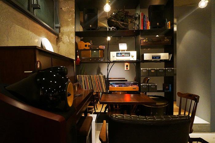 高円寺純情商店街にある「yummy(ヤミー)」は、大人っぽい落ち着いた雰囲気のお店。ジャズのライブハウスで働いていたご夫婦が開いたというだけあって、店内にはステキなアンプやレコードが並んでいます。こだわりのオーディオから流れる音楽を聴きながら、ゆったりとひとりランチを楽しみませんか?