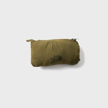 コンパクトにまとめたい旅の荷物は、スタッフサックがついていたり、小さく収納できるポケッタブル仕様が便利。バッグにひとつダウンが入っているというのも、寒い季節はお守りのように安心します。