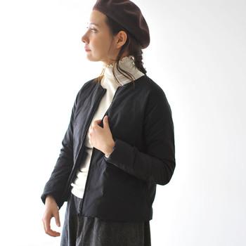 薄くて保温性抜群のインナーダウンは、シンプルなノーカラーのものが合わせやすくおすすめです。予想外に寒くなった時にコートの下に着たり、反対にコートを着ていると窮屈…という移動時などにも便利ですね。