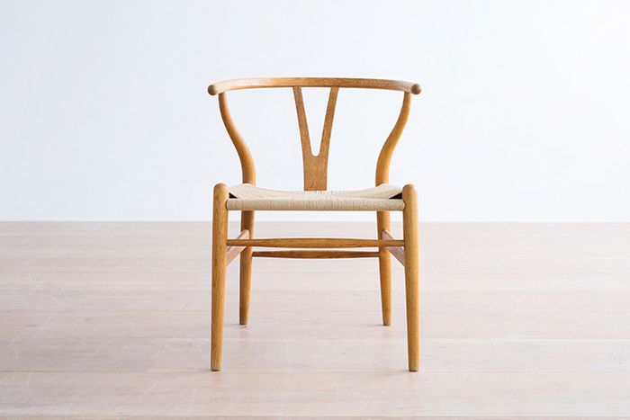 【 Y-Chair(Y-チェア 】1950年 ウェグナーという名を聞けば真っ先に思い出される名作のひとつがこちらのYチェアです。背もたれのY字パーツが印象的ではあるものの、一見するとシンプルなフォルム。でも実際に座ってみると、気持ちよくフィットする背もたれのカーブやお尻を包み込んでくれるペーパーコードの座面など、実用面でも魅力に溢れたデザインであることがわかります。