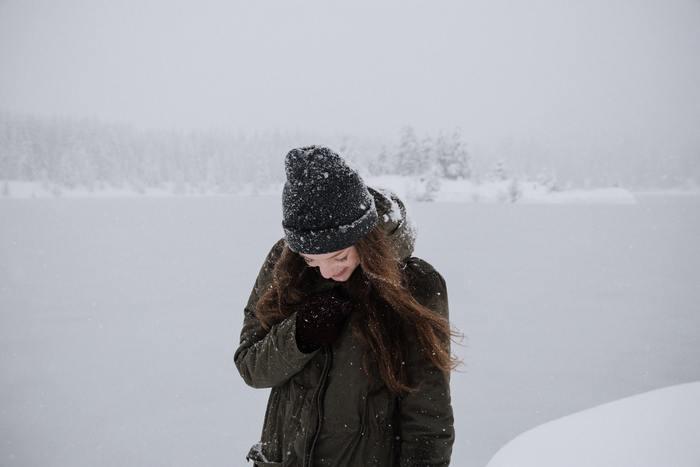 寒い季節の旅行は、厚手のアウターやニットなど、しっかり着込んで防寒しようとするとアイテム数が増え、そのぶん身体も重くなりますよね。そんなかさばる冬の旅支度を一工夫して、もう少しコンパクトにしてみませんか?