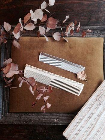 カールを作る前の下準備として必ず行っておきたいのがブラッシングです。クシを使って髪をとき、絡まりをほどいて毛の流れを整えてあげましょう。