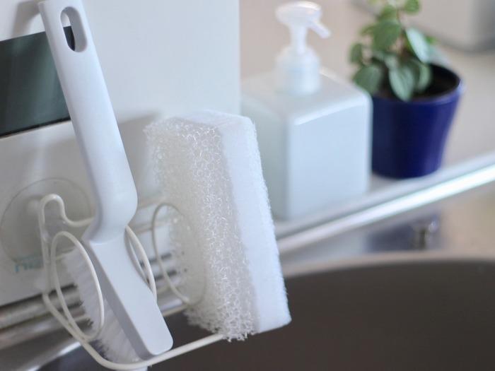 細かい隙間にフィットし、弾力のある毛並みで汚れも掻き出しやすいと人気の隙間ブラシ。 そして、定番人気の真っ白な食器洗いスポンジです。 無印良品では使いやすいお掃除アイテムが多いので、お家の定番としてリピ買いする方多数の人気アイテムですね。
