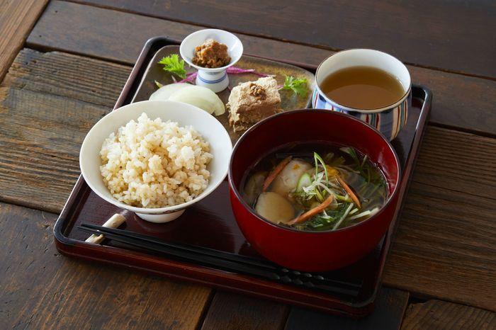 麹中では、85(発酵)定食をいただくことができます。玄米ご飯に具沢山のお味噌汁、そこに日替わりの発酵食品のおかずがプラスされます。体の中からキレイになれそうなありがたい定食です。