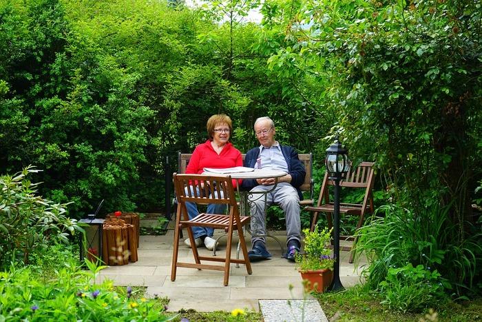 デンマークの家庭には家族それぞれに決まった椅子があり、家の中での居場所そのものになっていることも多いそう。デンマーク人が無類の椅子好きだと言われるのも納得です。そのため、新しく椅子を買う時にも相当慎重で、何度も何度も店に足を運んで気になる商品を実際に確かめ、本当に自分の部屋にふさわしいと納得できるまでかなりの時間をかけるといいます。この先長く共に過ごすパートナーだと思うからこその、徹底的なこだわりですね。