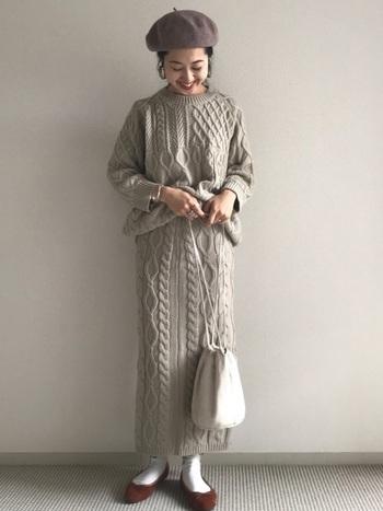 これぞ大人スタイルと言えるすらっとしたロングタイトスカートのニットセットアップ。トップスがゆるっとしている分、タイトスカートのスマート感が際立ちますね。 淡いベージュのナチュラルな色味でほんのりかわいらしさも感じられます。パンプスや巾着バックなど大人っぽい小物を合わせていたり、アクセサリ―も多用していたりと、どこから見ても抜かりなくおしゃれなコーディネートです。
