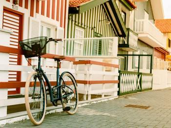 車のある生活に慣れてしまうと、ちょっとした近所でもつい車で行ってしまいがち。ですが、近所はなるべく自転車を使って移動すれば、ガソリン代も節約できますし、運動不足の解消にも効果的です♪
