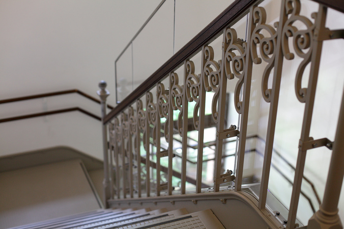 床に響く足音も、階段の手摺も、窓枠や柱、天井の装飾も、当時の雰囲気が伝わるクラシカルな空間が、当美術館の最大魅力。