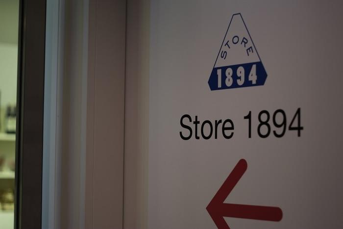 お土産探しでフラフラするのなら、館内「Store 1894」は、展覧会鑑賞をしなくても入れる、お勧めのスポットです。ポストカードや文具、バッグ等など、クラシカルで上質な美術館ならではの商品やオリジナルグッズなどが揃っています。