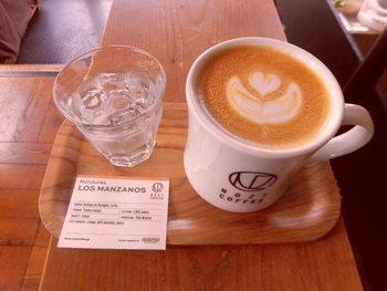 コーヒーは、生産国、生産地域、生産処理方法を記載したカードとともに提供されます。