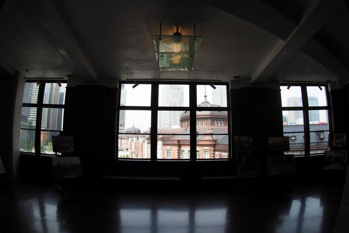 かつての「丸の内」は、昼夜の人口が著しく異なり、夜間や休日は、人の気配も少なく閑散とした地域でした。  【「KITTE」4Fの「旧東京中央郵便局長室」。無料見学施設である当室は、「丸の内駅舎」のドーム部が間近に眺められる隠れたスポット。OPEN 11:00-21:00(日・祝 11:00-20:00)】