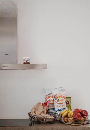 よく見ていなくて、まだ家にストックがあったのに、重複して買ってしまうことってありますよね。そんな方は、買い物に出かける前に一度だけでいいので、冷蔵庫の食材やティッシュ、洗剤など日用品の在庫を確認して。それだけで無駄な買い物を防ぐことができますよ♪また、それらの収納場所をしっかり決めて、日ごろから整理整頓しておくと見逃しもなくなるでしょう。