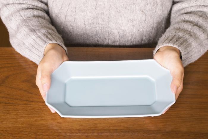 主役の料理がみずみずしく映えるようにとデザインされた「瑞々」の器は、美濃焼の和テイストに程よく盛り込まれたデザイン性が魅力。すみきりのお皿は四隅に施したカーブがモダンな印象。和食だけでなく洋食にも合いそうなデザインです。