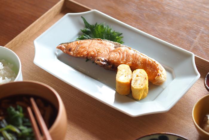 長皿といえばやはり魚料理がしっくりきますね。焼き魚や煮魚、お刺身などにぴったりなサイズ感。ほんのり青みを帯びた「青白磁」は、毎日使っても飽きがきません。