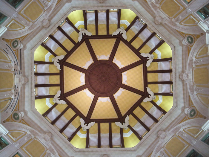 丸の内駅舎の第二の見所は、辰野金吾のこだわりが詰め込まれた南北のドームです。創建時の衣装を忠実に再現したドームは、オリジナルデザインと新しいデザインが調和したものです。