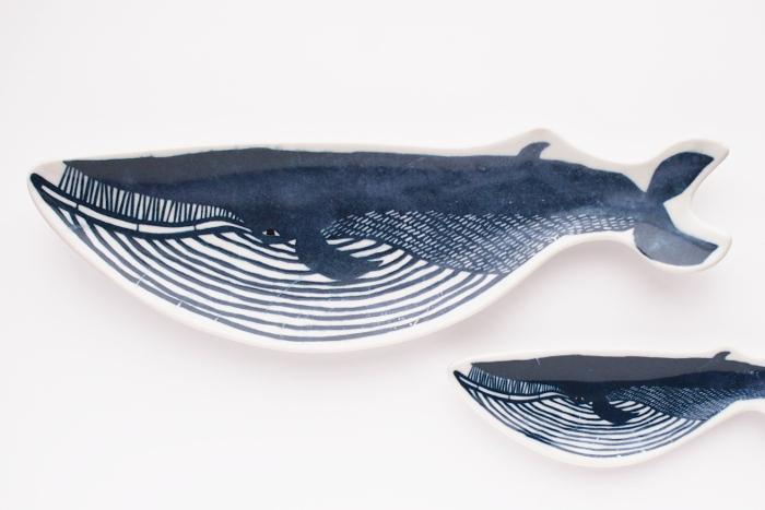 型染めユニット「kata kata(カタカタ)」さんに、「倉敷意匠」がデザインを依頼してできた、クジラの長皿です。 どこかシュールな表情のクジラがユーモラスな印象。