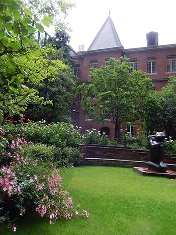 緑豊かで、四季折々に花が咲き開く「一号館広場」。  特に美しいのは、初夏の頃。 新緑と共に、ジョサイア・コンドルが愛したバラが咲き誇り、美術館の煉瓦や広場に置かれた彫刻と相まって、素晴らしい景観が広がります。散策の途上、鑑賞後に一休みするのにうってつけの広場です。