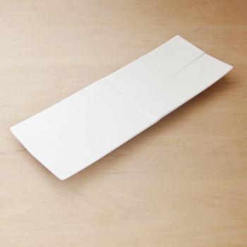 ジャパニーズモダンを意識したデザインで、一筋ずつ入れられたレリーフが印象的な美しい白磁の食器「calm」シリーズです。