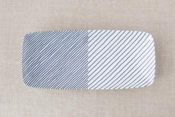 江戸時代から続く「白山陶器」の「重ね縞」は、1984年に誕生して以来、たくさんの人に愛されているロングセラー。シンプルな藍と白のコントラストは日本の食卓にすんなり受け入れられる色使い。