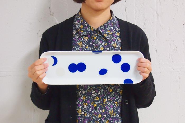白磁に浮き立つ青とシルバーの水玉模様が神秘的な月の満ち欠けを連想させる、「有田HOUEN」の長皿。和風なのにどこか北欧の香りもする、モダンでおしゃれな長皿です。