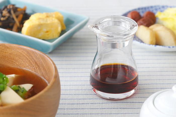 意外と食卓に置きっぱなしの醤油差し、衛生面や醤油の鮮度が気になりますよね。東京に拠点を置く木村硝子店の「テーブルソイソース」は、使う分だけ中身を入れるためにつくられたので小ぶりなサイズ感です。
