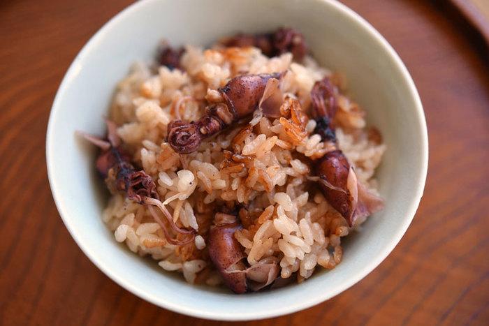 ホタルイカのだしがお米のひと粒ひと粒に行き渡った味わい深い一品。ついついおかわりがしたくなります。調味料もシンプルで、ホタルイカのうまみをたっぷり堪能できます。