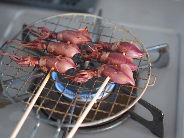 ホタルイカのおいしさをダイレクトに味わう串焼き。調味料も一切なし。水分が飛ぶことでうまみも凝縮され、香ばしさが食欲をそそります。下処理をしっかりするのがコツですよ。