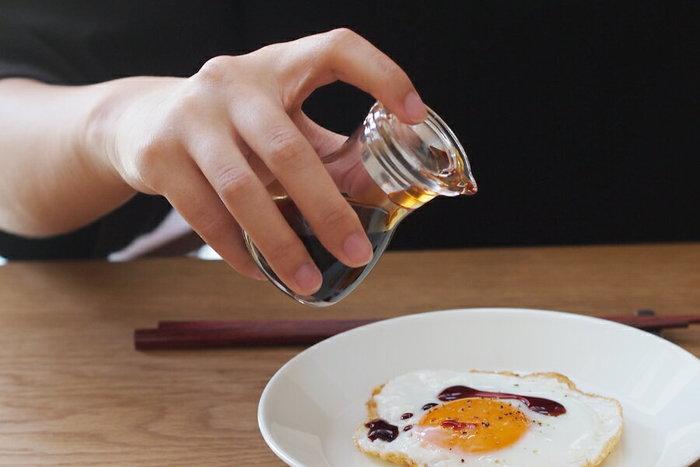 日本人の食生活に欠かせない「醤油」。毎日のお料理の調味料として使ったり、目玉焼きや焼き魚にかけたりと、日々の食卓に大活躍ですよね。頻繁に使う調味料だからこそ、ストレスなく使いたいもの。些細なことかもしれないけれど、使うたびにポタポタと液ダレしてしまうとちょっとイラッとしてしまうことも…。液ダレせず機能性も◎、デザイン性にも優れている「醤油差し」をご紹介します。