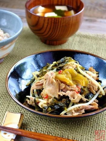 味付けはほぼ高菜漬けのみというシンプルな炒め物です。豆板醤と鷹の爪の輪切りで辛みをアレンジしています。子供が一緒のときは、辛みを少な目にするといいですね。