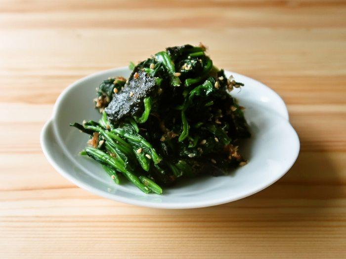 和の副菜のレパートリーを増やしたいなら、こちらのレシピはいかがでしょう?出汁がいらない上、シンプルな調味料で作ることができます。焼きのりの風味がポイントになっていて、水分を吸ってくれるのでお弁当にも入れやすいですよ。