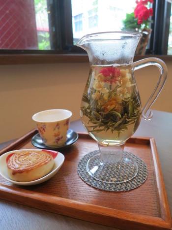 「陸羽茶藝館」で頂ける、フォトジェニックな「花茶」。中国茶の一種で、茶葉ではなくハーブティーのように花そのものを煎じます。香りがよく見た目も楽しめるお茶です。