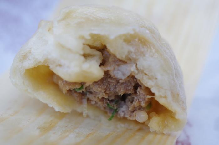 餡の味付けはシンプルで、ぎゅっと詰まった豚の旨みをそのまま味わえます。餡が薄味な分、皮に味付けをしてバランスが取られています。