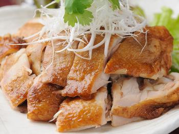 名物の「焼鳥(しょうけい)」。中国の伝統料理で、ランチではスープやごはん、付け合せの野菜がついた定食で頂けます。皮はパリッと香ばしく、身は柔らかくジューシー。味付けは薄味なので、鶏の旨みをそのまま味わえます。