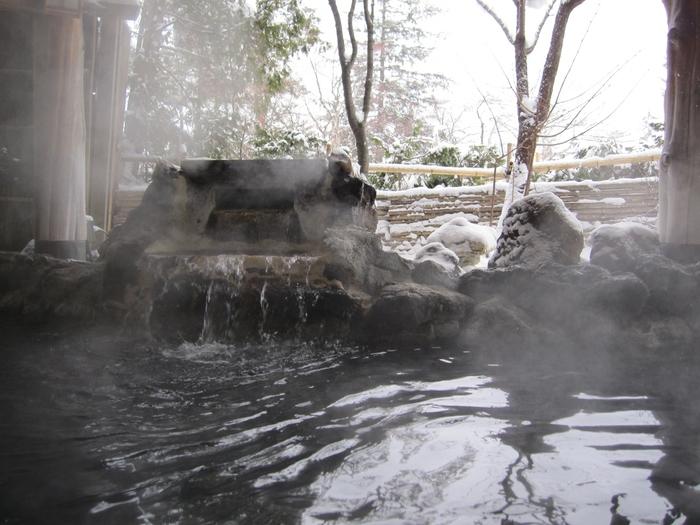 小樽市街地よりも札幌寄りの位置にあり、アクセスしやすさも魅力の朝里川温泉。リゾート風ホテル、本格的な高級温泉旅館、ペンションやロッジなど、さまざまな滞在スタイルで楽しめます。「小樽雪あかりの路」のサブ会場にもなっています。