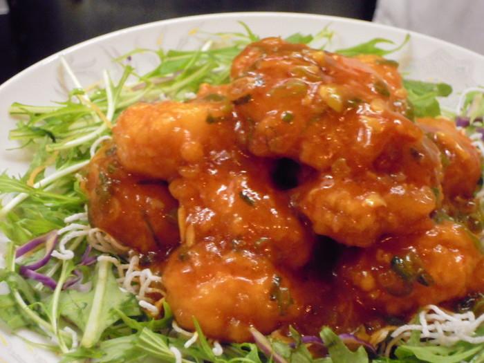 この他、本場の味が楽しめる海老のチリソースや酢豚の定食もあります。焼鶏がトッピングされた焼鶏ラーメンも人気。