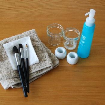 【ブラシの洗い方】  1.小瓶などの容器にぬるま湯を入れ、少量のクリーナーまた食器洗い洗剤を溶かします。  2.まっすぐと小瓶に筆部分までを下ろし、ぬるま湯の中でブラシをクルクルとかき混ぜるようにしてやさしく洗います。  3.水を入れ替えて、きれいになるまですすぎます。  4.清潔なタオルで毛先をやさしく挟み、余分な水分を取ります。  5.毛並みを整えて、日陰でしっかりと自然乾燥させましょう。