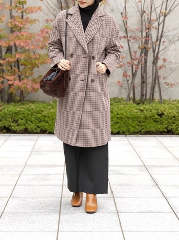 レトロなチェックが魅力的なチェスターコートは、同じトーンのアイテムを合わせて。差し色アクセントは足元のキャメルカラー。