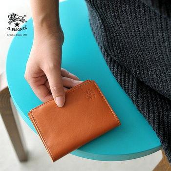 バッグをはじめ、財布やカードケースなどレザー小物を中心に幅広いファッションアイテムを展開。  現在は世界各国にショップを出店し、フランスやイギリス、ニュヨークや日本、ジャカルタなどに店舗を構えています。  使い込むほどに味わいが増し、長く愛用できるアイテムは、本物志向のファンに指示され続けています。