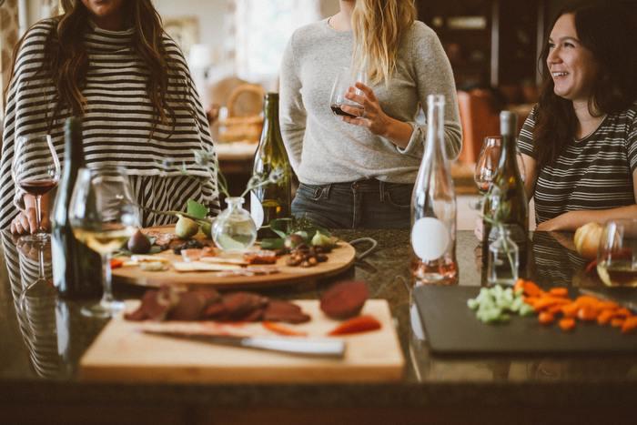 シャイな人が多いと言われるデンマーク人ですが、出会いの縁を大切にすることでも知られています。初対面の人であっても、話が盛り上がって仲良くなればまずは我が家に招くのだそう。手作りの食事やお茶の支度であたたかくもてなしてくれます。ホームパーティでも、食事は普段使いの器で大皿料理を取り分けながらカジュアルに。気心の知れた友人でも初めて訪れたゲストでも、その時間をみんなで楽しむための雰囲気作りが上手なんですね。